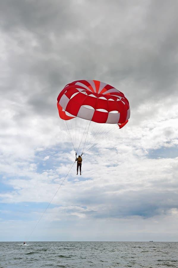 Парасейлинг над бурным морем стоковая фотография rf