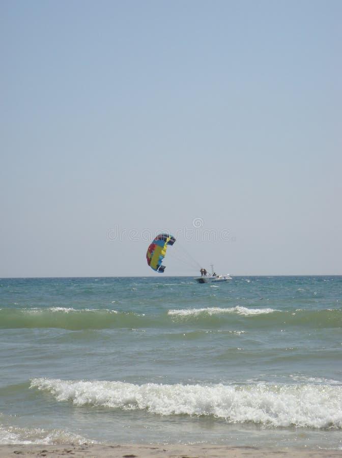 Парасейлинг над морем стоковое фото rf