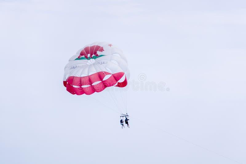 Парасейлинг над океаном, спорт флага Калифорнии лета, pe 2 стоковое изображение