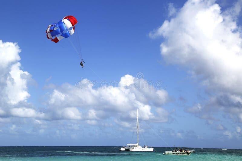 Парасейлинг в голубом небе в Punta Cana, Доминиканской Республике стоковое изображение rf