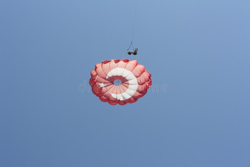 Парасейлинг деятельности при спорта в фото неба стоковые изображения rf
