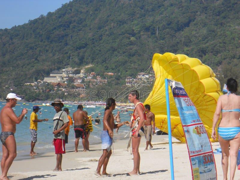 Парасейлинг на пляже стоковое фото