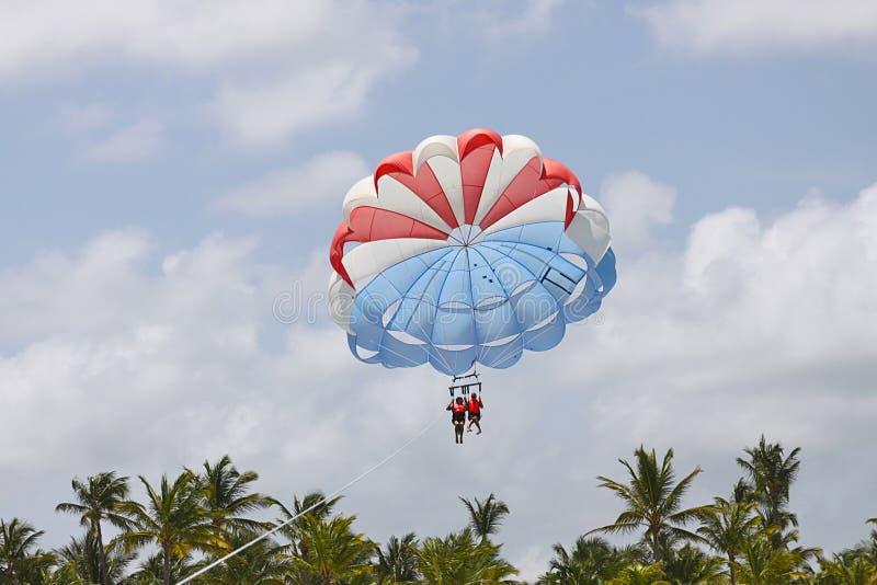Парасейлинг совместно в лете стоковое фото