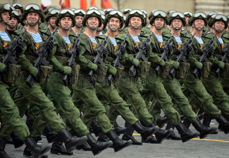 Парашютисты предохранителей Kostroma 331st парашютируют полк во время парада на красной площади в честь дня победы стоковая фотография rf