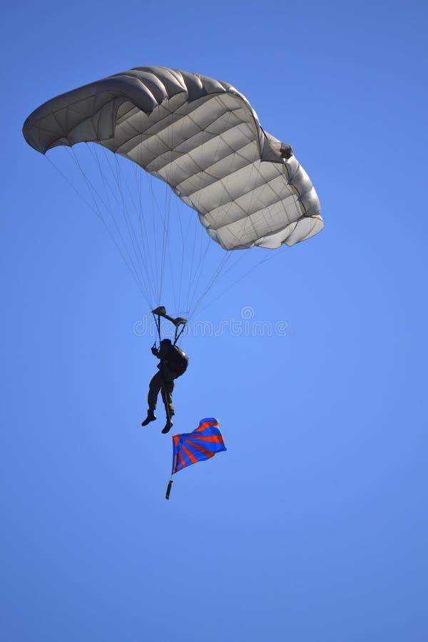 Парашютист развевая болгарский флаг военновоздушной силы стоковая фотография rf