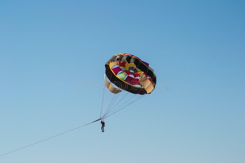 Парашют и парасейлинг в небе стоковая фотография rf