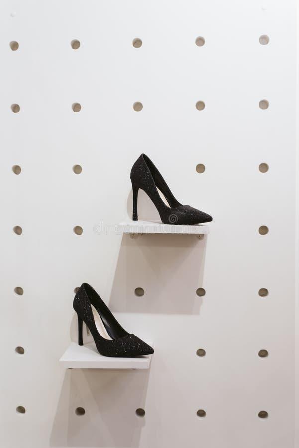 Пара ботинок на внешней витрине магазина в магазине стоковые фотографии rf