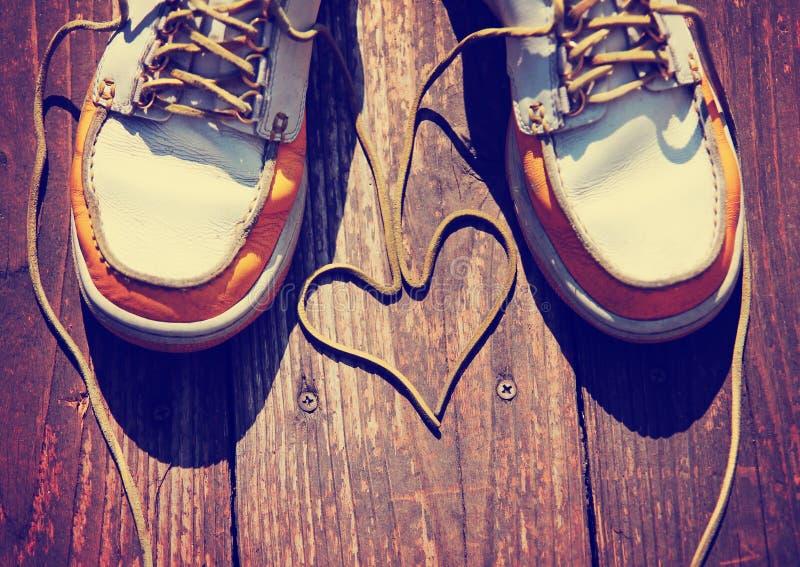 Пара ботинок палубы на славном деревянном крылечке с шнурками стоковые изображения