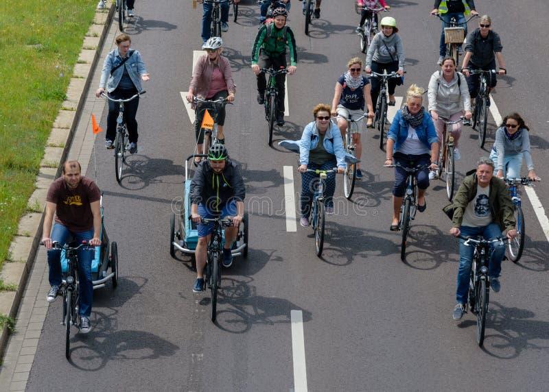 Парад ` велосипедистов в Магдебурге, Германии am 17 06 2017 День действия Много людей различных времен едут велосипеды в Магдебур стоковое изображение
