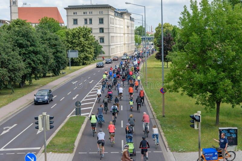 Парад ` велосипедистов в Магдебурге, Германии am 17 06 2017 Много велосипедов езды людей в центре города задний взгляд стоковое изображение