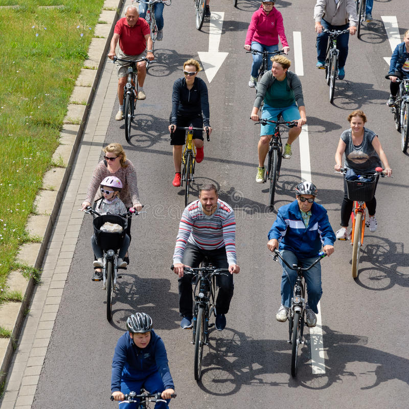 Парад ` велосипедистов в Магдебурге, Германии am 17 06 2017 Много людей с детьми едут велосипеды в центре города стоковое изображение