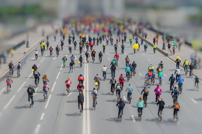 Парад велосипедистов в центре города Массовый городской задействуя марафон Молодость, семьи с велосипедами езды детей самомоднейш стоковые изображения rf