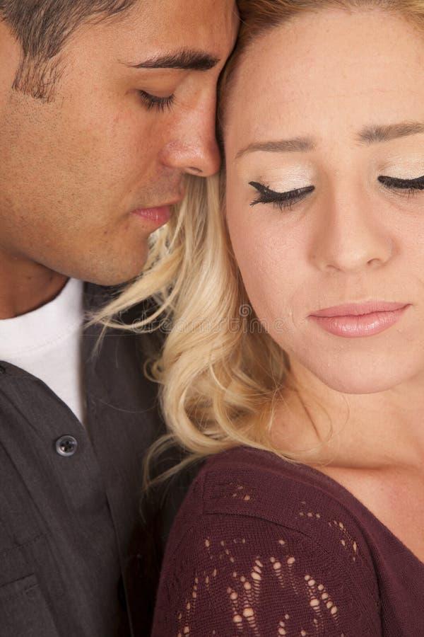 Пара возглавляет близко друг к другу наблюдает закрытый конец стоковые фотографии rf