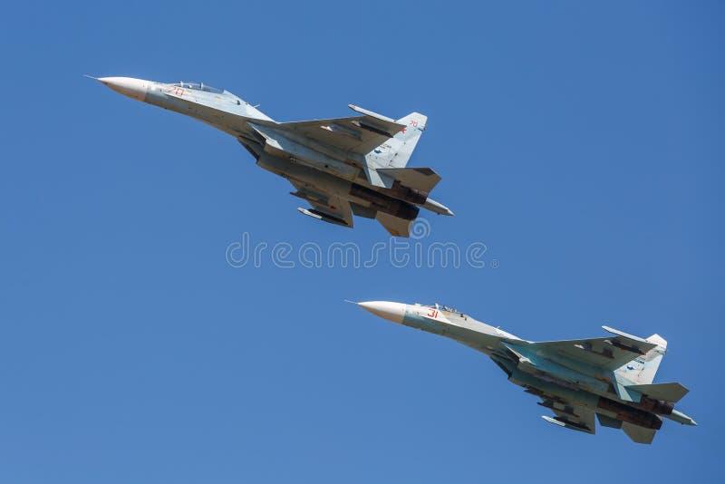 Пара воздушных судн SU-30 выполняет показательные полеты в небе над землей военной подготовки стоковые фотографии rf