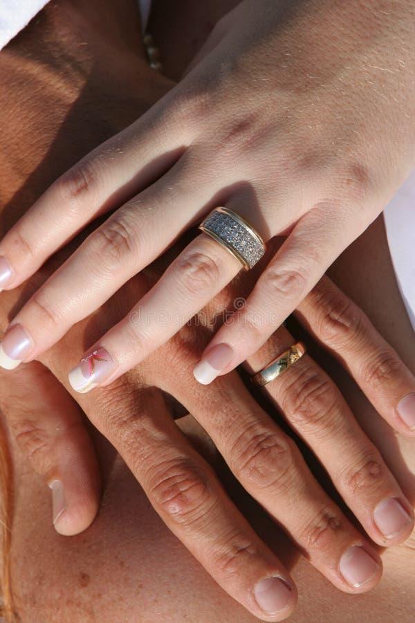 пара вручает кольца wedding стоковые изображения rf