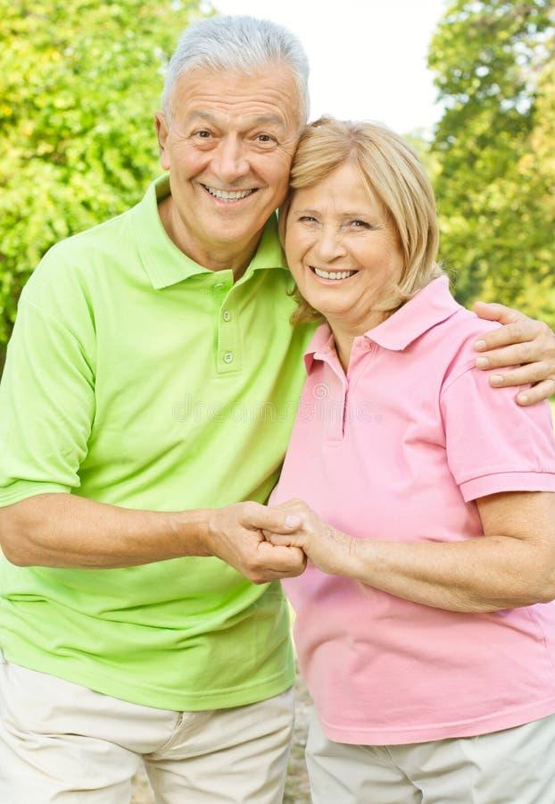 пара вручает счастливый старший удерживания стоковая фотография