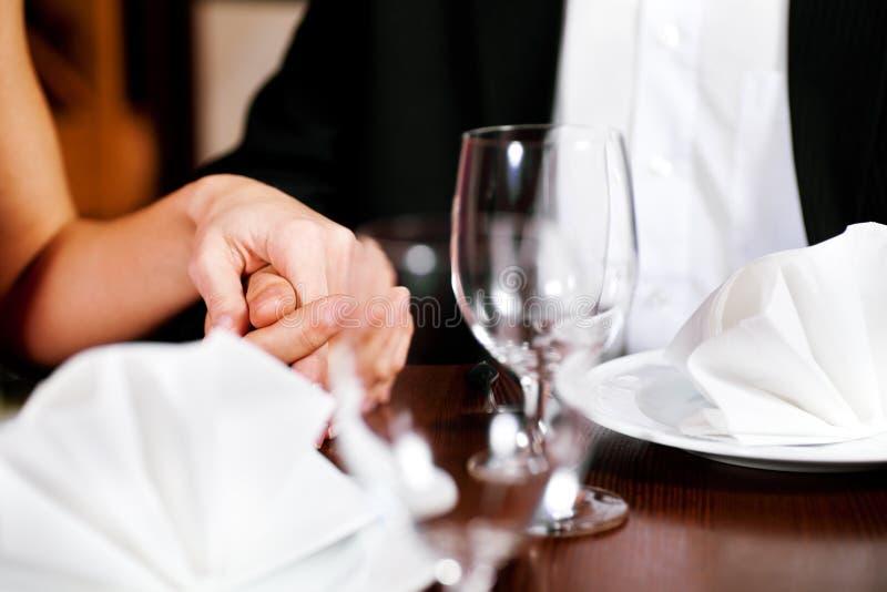 пара вручает таблицу ресторанов удерживания стоковые изображения rf