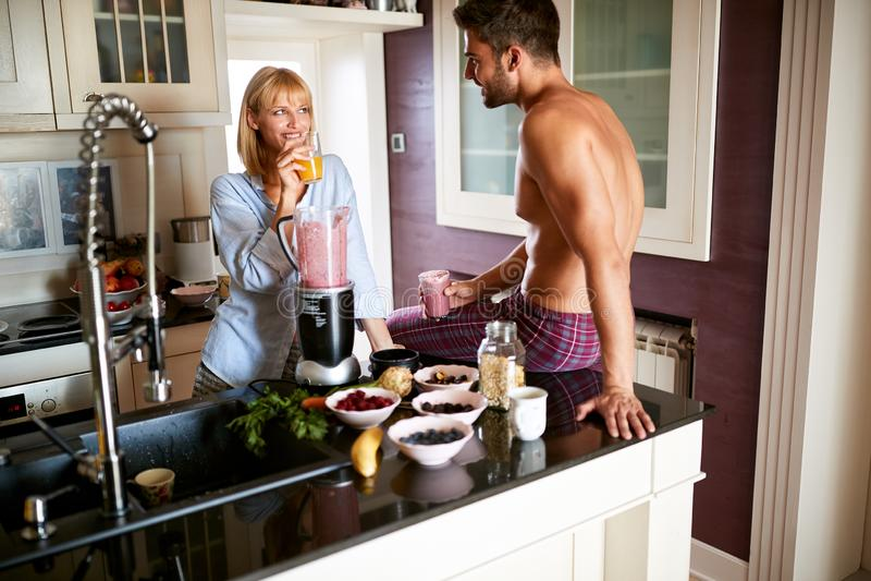 Пара выпивает здоровый сок и fruity smoothie стоковое фото rf