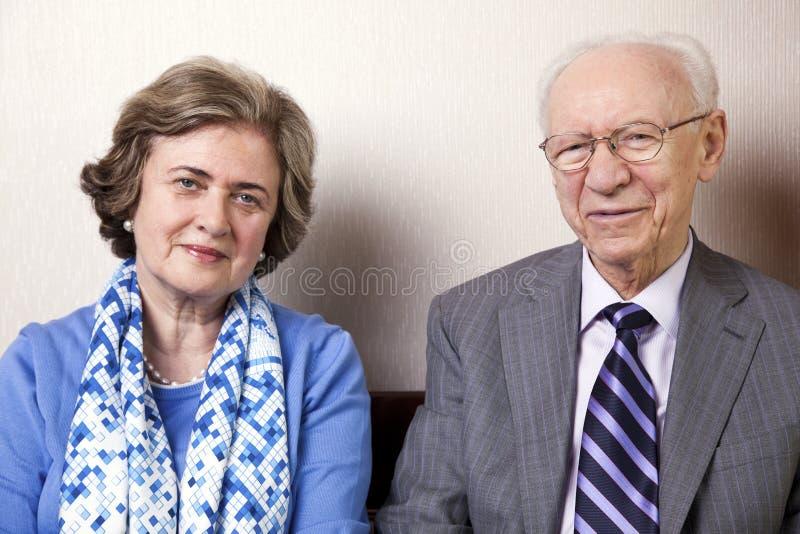 Пожилые пары смотря камеру стоковое изображение rf