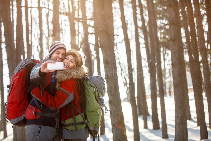 Пара в влюбленности делает selfie на горе стоковые фото