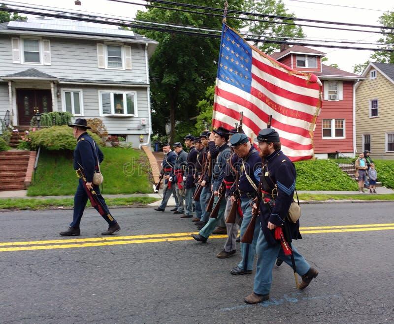 Парад Дня памяти погибших в войнах, исторический Reenactment, полк маршируя, США стоковая фотография