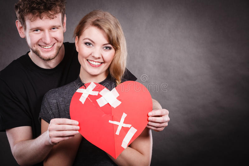 Пара держит разбитый сердце соединенный в одном стоковое фото rf