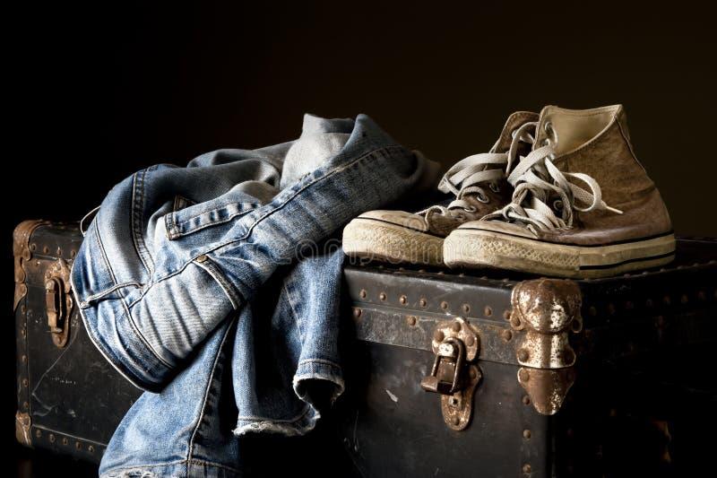 Пара джинсов и тапки стоковое изображение rf