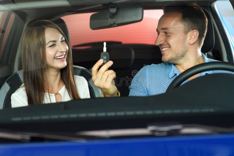 Пара идет купить новый автомобиль стоковое фото rf