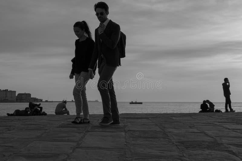 Пара идя в Триест стоковая фотография rf