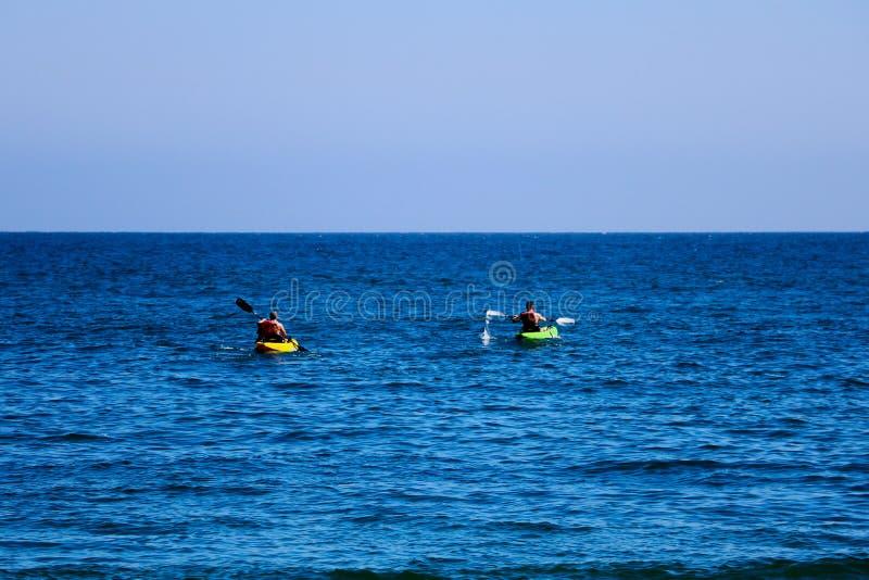 Пара каноэ в Тихом Океане Люди сплавляются на каяке в океане стоковое фото rf