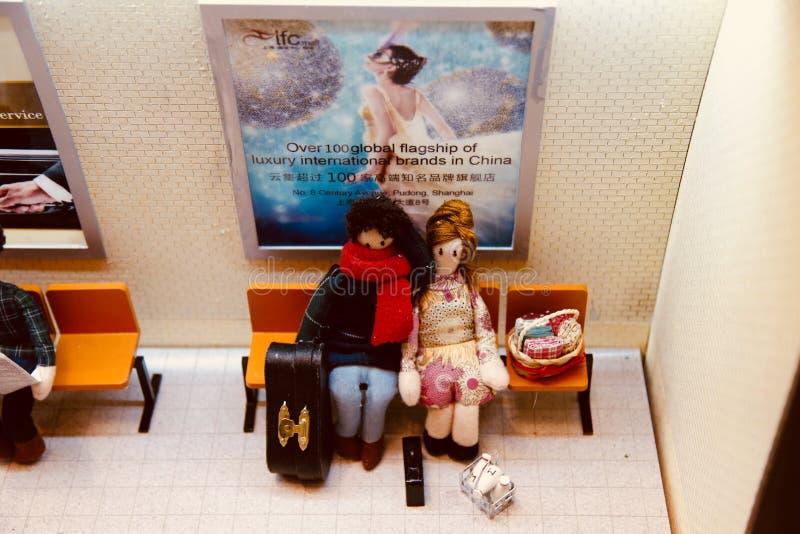 Пара которое идет на отключение, сидящ на стуле, ждать метро на станции стоковое фото rf