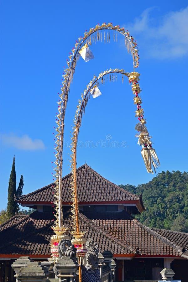 Пара красивого Penjor на входе Pura Ulun Danu Bratan стоковая фотография