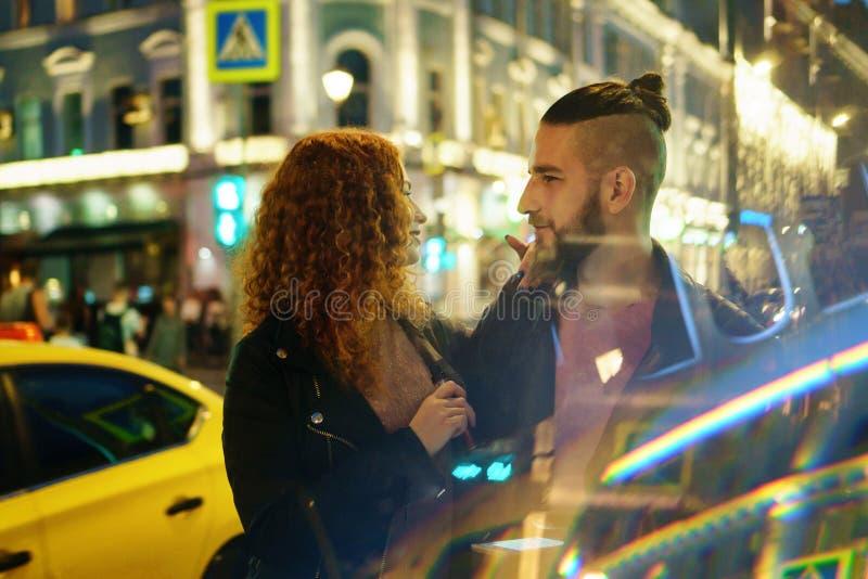 Пара курит электронную сигарету стоковое фото
