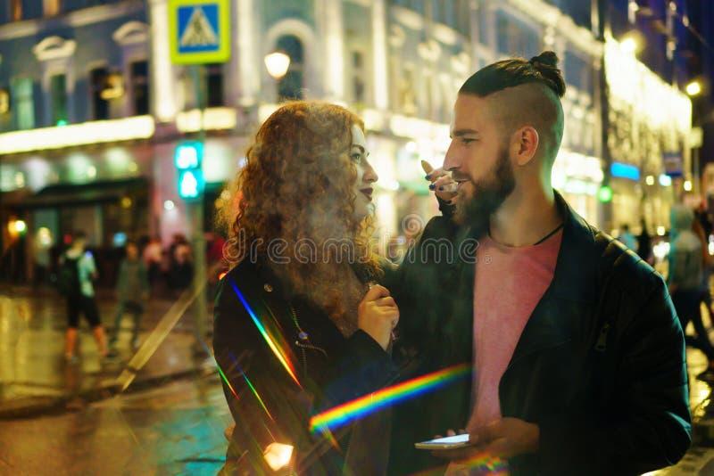 Пара курит электронную сигарету стоковые изображения rf