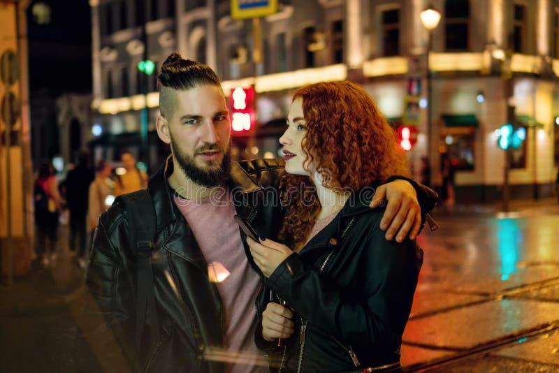 Пара курит электронную сигарету стоковое изображение