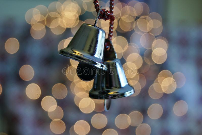 Пара меньших орнаментов серебряного колокола стоковые фотографии rf