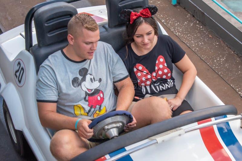Пара наслаждающихся Tomorrowland Speedway в Magic Kigndom 450 стоковое изображение