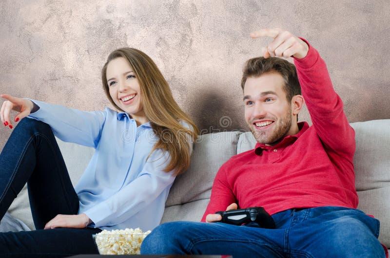 Пара наслаждается свободным временем и видеоигры играть стоковое фото