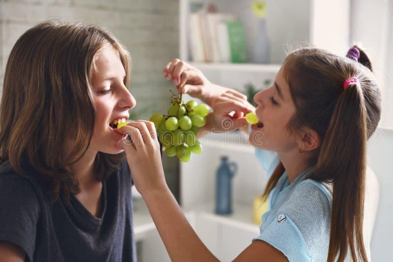 Пара наслаждается съесть свежие виноградины стоковые фотографии rf
