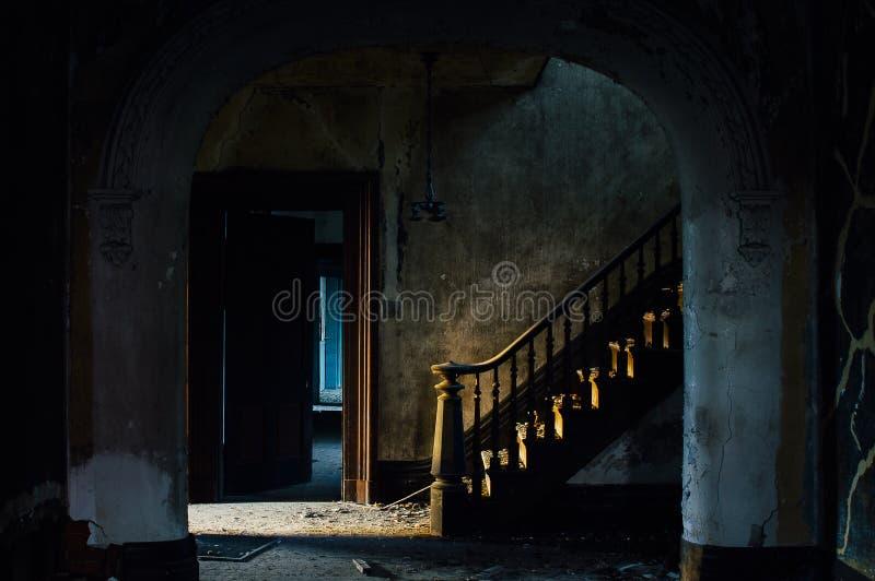 Парадная лестница на фойе - покинутом доме стоковое фото rf