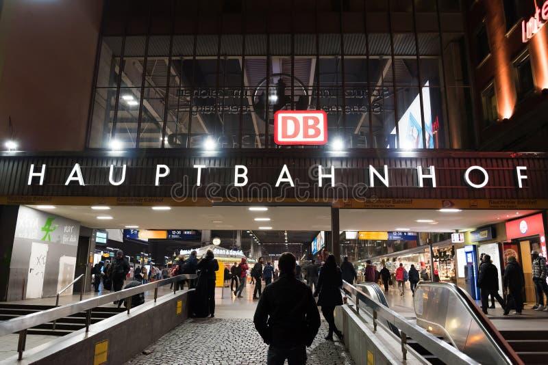 Парадный вход железнодорожного вокзала Мюнхена главным образом (Munchen Hauptbahnhof) стоковая фотография