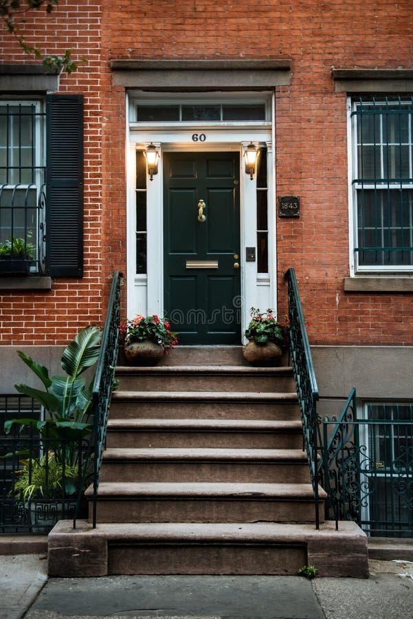 Парадный вход красивого грузинского таунхауса Манхаттана английского языка эры Вход жилищного строительства Нью-Йорка стоковые изображения