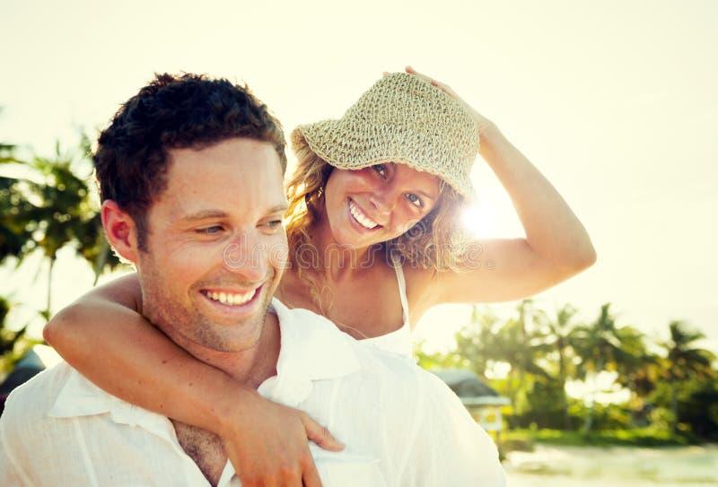 Пара ослабляя на пляже стоковая фотография
