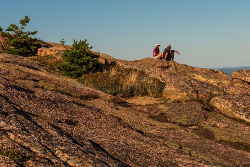 Пара отдыхает на горе Кадиллака стоковые изображения