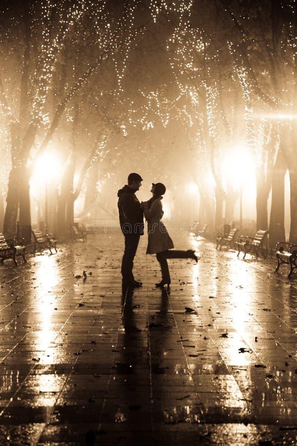 пара переулка освещает гулять ночи стоковая фотография