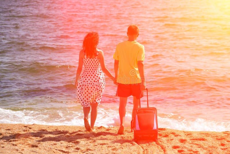 Download пара принципиальной схемы друзей привлекательного пляжа красивейшая Eyes потеха Gazing счастье имея ее портрет изображения влюбле Стоковое Изображение - изображение насчитывающей coast, люди: 41653309