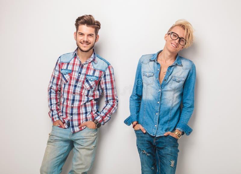 Пара расслабленных людей в вскользь джинсах одевает усмехаться стоковое изображение rf