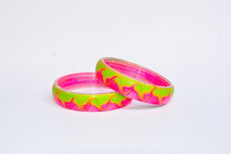 Пара розовых изолированных bangles стоковое изображение rf