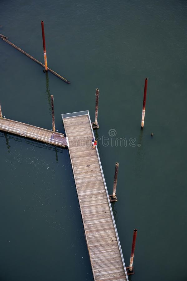 Пара стоит на деревянной плавая пристани со штендерами проводника стоковое изображение rf