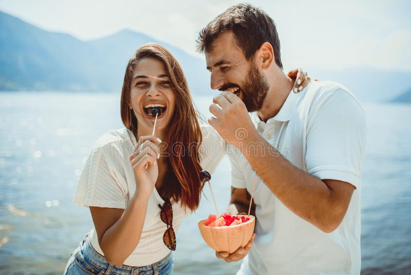 Пара фруктов на пляже - летняя вечеринка с друзьями и здоровыми продукт стоковая фотография rf